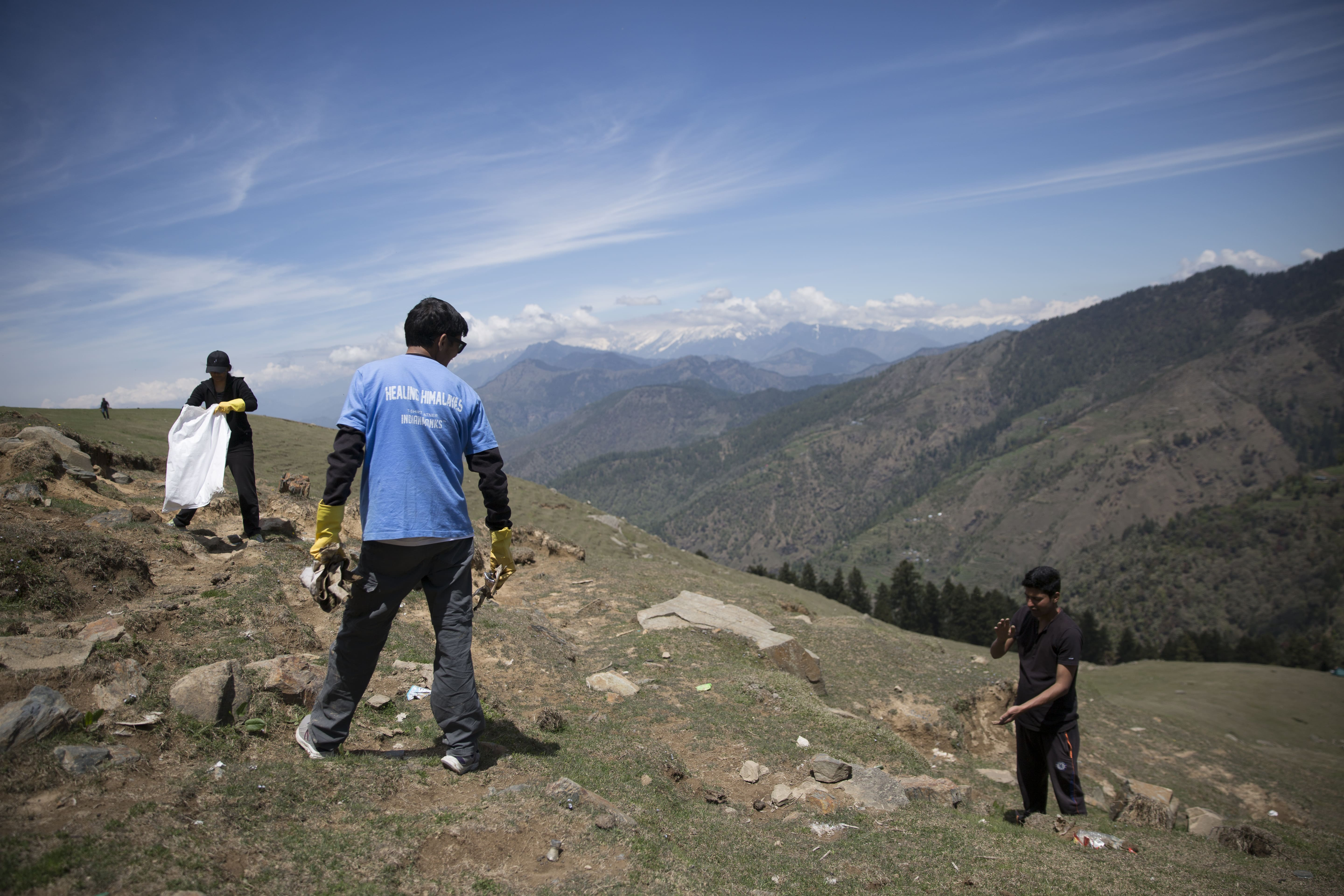 A Mountain of Trash : Healing the Himalayas